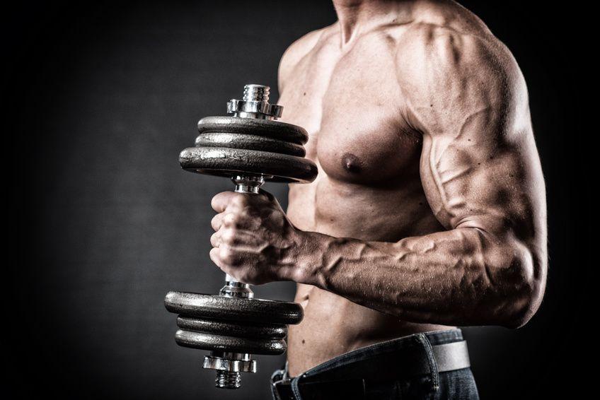 Muskulser Oberarm mit Hantel